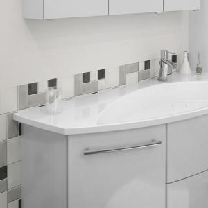 SURF&FUN Waschtisch 125 cm, eine Tür und zwei Auszüge. Optional erhalten Sie die Badmöbelgruppe auch mit einer feinen indirekten Beleuchtung zwischen Waschtisch und Waschtischunterschrank.